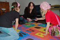 Nejvíc volného času děti tráví na čerstvém vzduchu, nebo v herně. Na snímku s ředitelkou zařízení Zdeňkou Jiráčkovou.