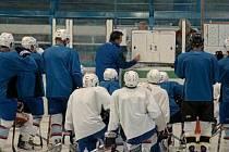 Po odpoledním rozběhání pak hokejisté s trenéry Rulíkem a Petrovkou naskočili poprvé od skončení minulé sezony na led.