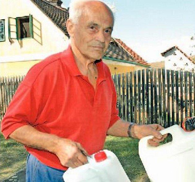 """""""Vodu na pití a vaření si musíme vozit z domova,"""" říká Jiří Klíma, chalupář z Chomutova."""