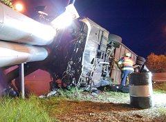 Autobus plný lidí havaroval po srážce s osobním autem u Prunéřova. Kabinou narazil do horkovodu.