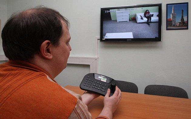 Výslech můžou na LCD obrazovce sledovat další policisté, psycholog, obhájce či další osoby a tomu, kdo vede výslech skypem posílat další otázky pro dítě.