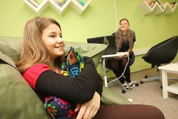 Nová výslechová místnost vKadani. Na snímku dětská figurantka Andrea Lavičková se sociální pracovnicí Petrou Manasovou.