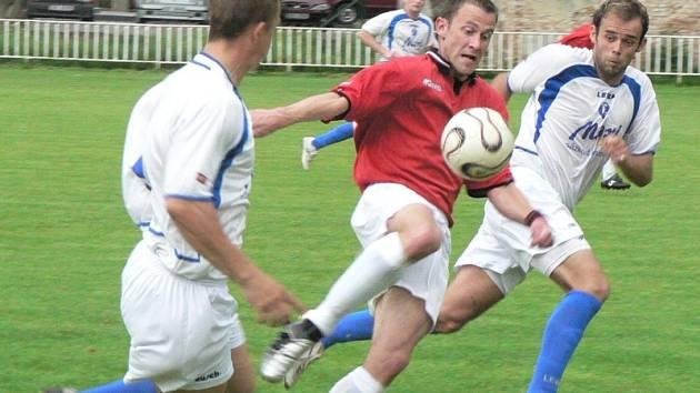 Fotbalisté Sokola Březno a Slovanu Jirkov se ve vzájemném zápase rozešli smírně po remíze 2:2 a přiblížili se k záchraně v 1. A třídě.