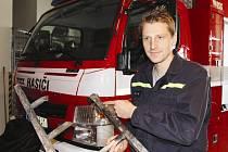 Hasič Petr Kadlec ukazuje na ohořelý hliníkový žebřík použitý při hašení penzionu Zlatý kaštan.