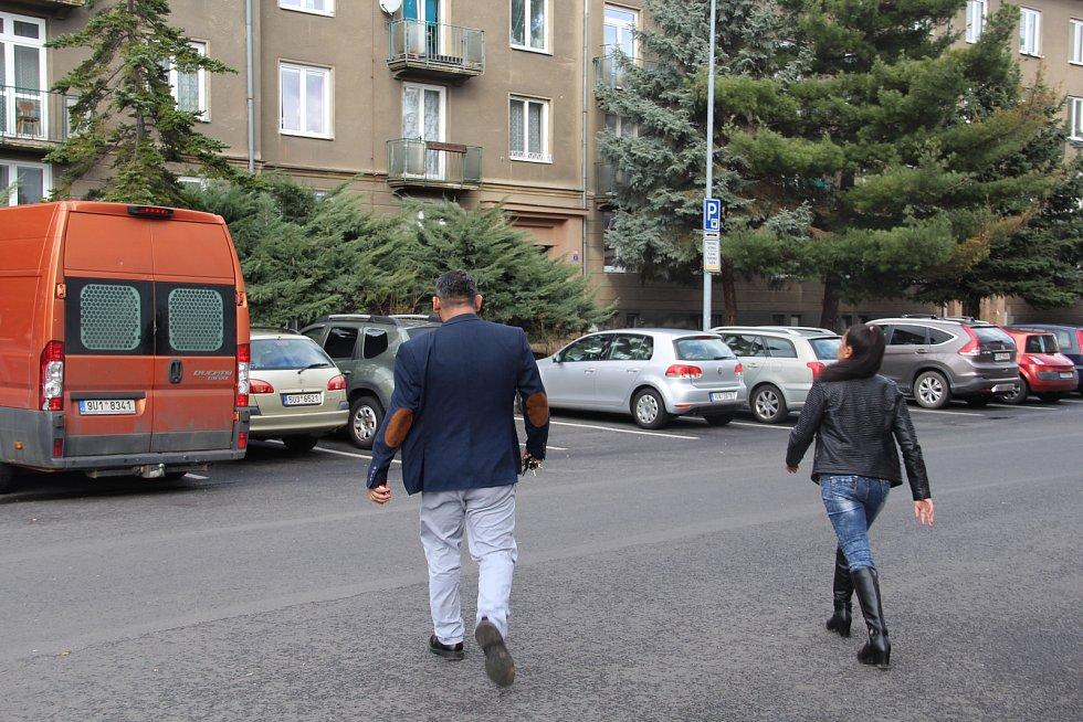 Herec Zdeněk Godla s manželkou Janou odchází z chomutovského soudu.