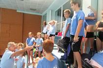 Plavci Slávie Chomutov dostávají pokyny od trenéra.