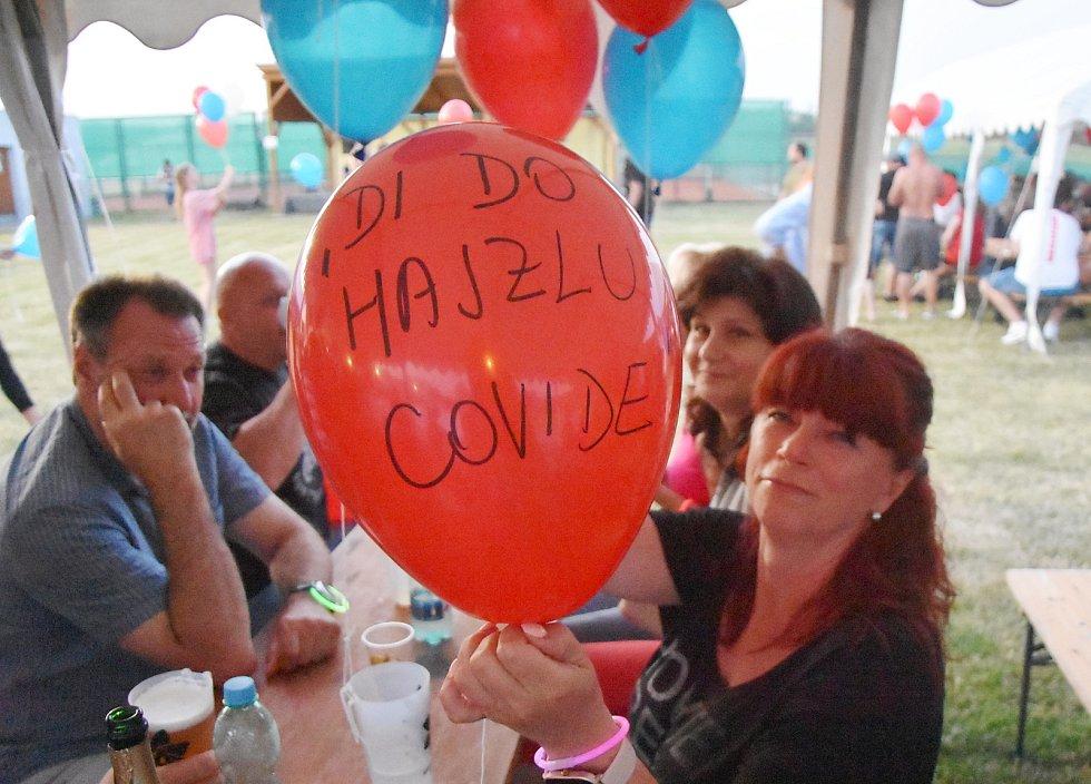 Ve Strupčicích se rozloučili s dobou covidovou tak, že vypustili stovky balonků do oblak. Popsali je vzkazy.