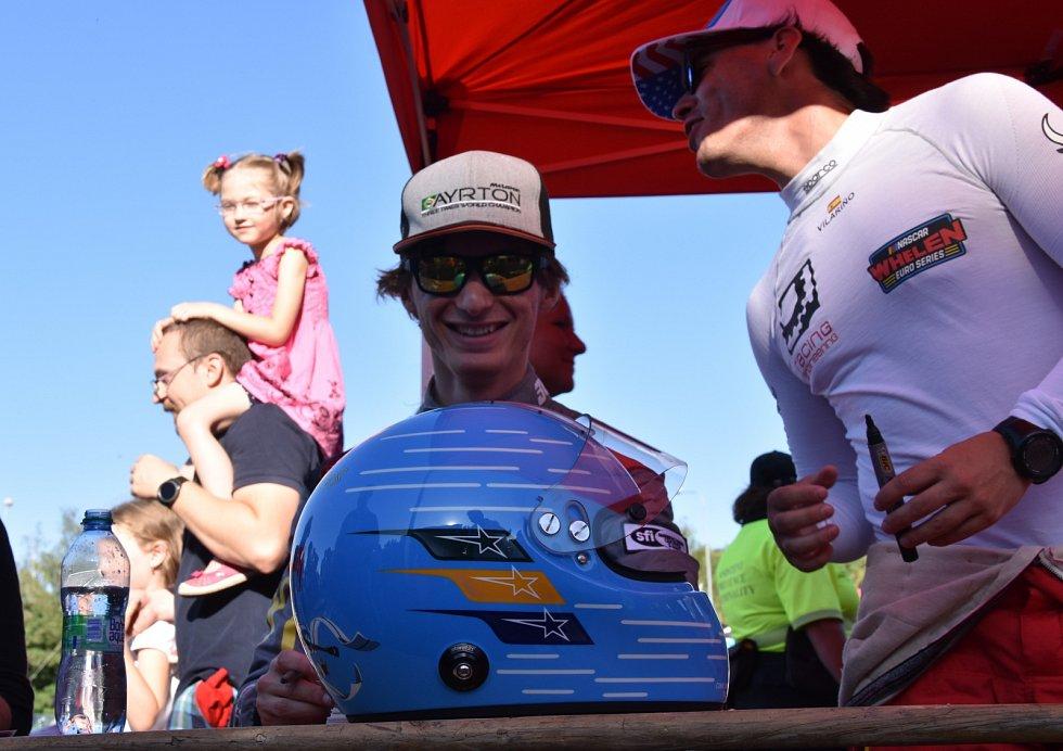 Spanilá jízda pilotů NASCAR ulicemi Mostu.