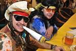 MAKE LOVE, NOT WAR! Ples Peruna měl atmosféru Woodstocku z roku 1969. Přestože organizátoři v nadsázce žádali, aby drogy všichni konzumovali před budovou, hippík na fotce neodolal...:)