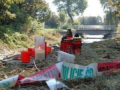 Na místě, kde z Chomutovky vytáhli tělo Davida Weingartnera, jeho blízcí zapálili několik svíček.