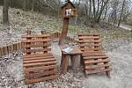 Posezení s knihobudkou ve Všehrdském lesíku.