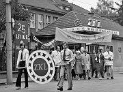 Zetkaláci zdraví 1. máj. Na snímku slavnostní čelo prvomájového průvodu v roce 1978.