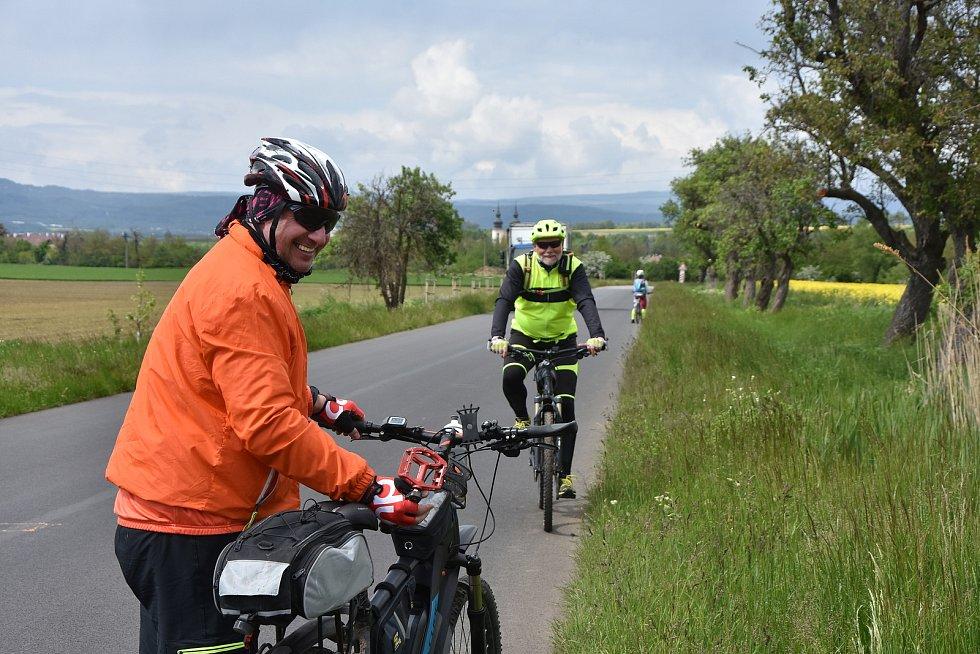 Cyklisté na jedné cyklotrase mezi Březnem a Kopečkem.