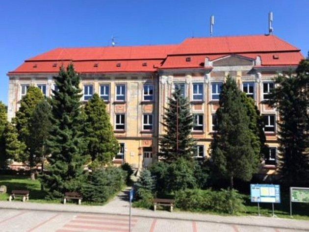 Škola vKovářské pochází zroku 1908.