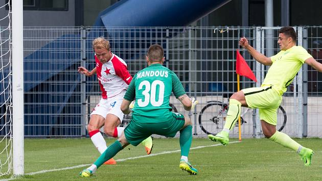 Rozhodující moment před prvním gólem. Slávista Mick van Buren poslal míč před branku, Mandous jenom vyrazil a dobíhající Škoda poslal Slavii do vedení.