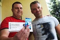 David Hruška předává permanentku svému fanouškovi Miloši Valentovi.
