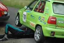 TRIOLA CUP V CHOMUTOVĚ. Pátý díl Triola cupu 2008, závodů do vrchu, měl start nad Chomutovem na Zátiší.  Plné ruce práce měli také mechanici, kteří museli vozy na namoklou trať dobře připravit