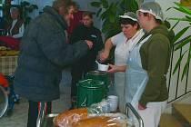 Teplo mohou bezdomovci v těchto dnech načerpat také ve vestibulu Merkuru, kde po příchodu po čtrnácté hodině dostanou teplou polévku, chléb a čaj.