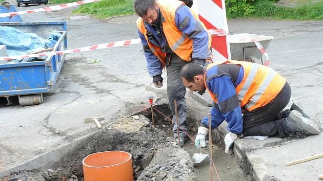 Dělníci pracují na novém chodníku v Jirkově. Práce sice omezují dopravu, přispějí ale k většímu bezpečí chodců. Těšit se mohou i řidiči, město investuje i do nových parkovacích míst.