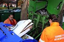 Pracovníci technických služeb Jiří Jelínek a Milan Kroka právě vyprazdňují jeden z přeplněných kontejnerů v chomutovských ulicích po letošních vánočních svátcích. Celkem obyvatelé nashromáždili 273 tun komunálního odpadu.