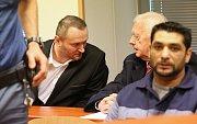 Petr B. (vlevo) u Krajského soudu v Ústí nad Labem. V úterý 17. dubna si vyslechl rozsudek, zatím nepravomocný