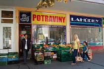POBODANÝ prodavač ( vlevo) již v úterý dopoledne obsluhoval zákazníky. Bodné rány na břiše a rameni měl zalepené náplastí.