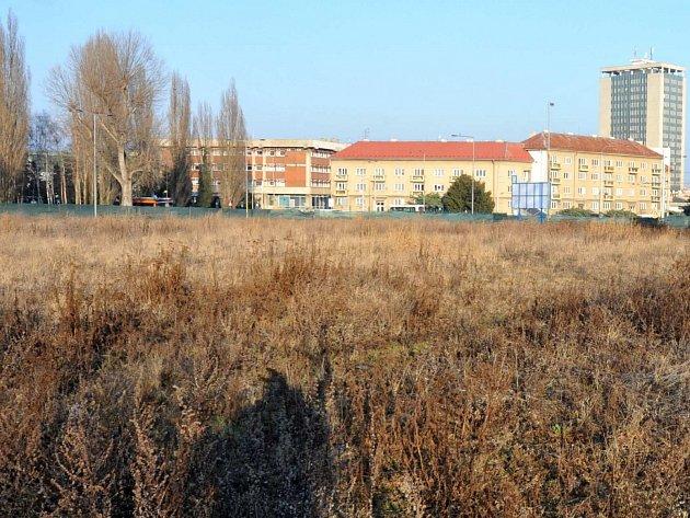 Plocha po bývalém zimním stadionu je už několik let pustá. A vypadá to, že možná ještě pár let bude...