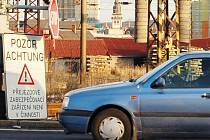Řidiči zastavují před závorami s cedulí a luští nápis: Pozor, Achtung!  Přejezdové zabezpečovací zařízení není v činnosti.