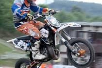 JAKUB TEREŠÁK z Motosportklubu Málkov skončil na závodech v Březové třetí v kategorii do 65 ccm.