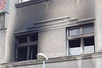 Okna v prvním patře domu v Sokolské ulici, kde hořelo.