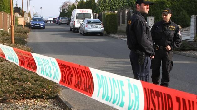 Policisté uzavřeli ulici, které vede k domu, kde Houska bydlel. Hlídali také v širokém okolí.