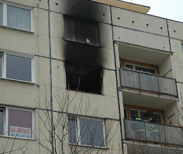 Panelák, v němž mladík zapálil byt a pak vyskočil z okna.