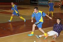 Komes Most (v pruhovaném) porazil ve třetí lize Všehrdy 2:0.