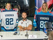 Michal Vondrka a nové dresy na nadcházející sezonu.