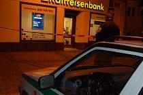 Snímky z okolí přepadené Reiffeisen banky.