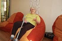PANÍ MARIE si jako jedna z prvních obyvatelek domova pro osoby se zdravotním postižením mohla vyzkoušet novou relaxační místnost. Nová místnost a relaxační vaky ji učarovaly, horší pak bylo vstávání. To by bez pomoci zřejmě nezvládla.