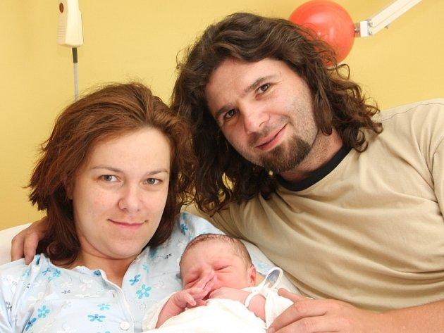 Jindřich Michalíček se narodil v Chomutově dne 19. 6. 2008 v 13:00 hod. Míra 51 cm, váha 3,05 kg. Na snímku v náručí maminky Moniky Novákové a tatínka Jindřicha Michalíčka z Chomutova.