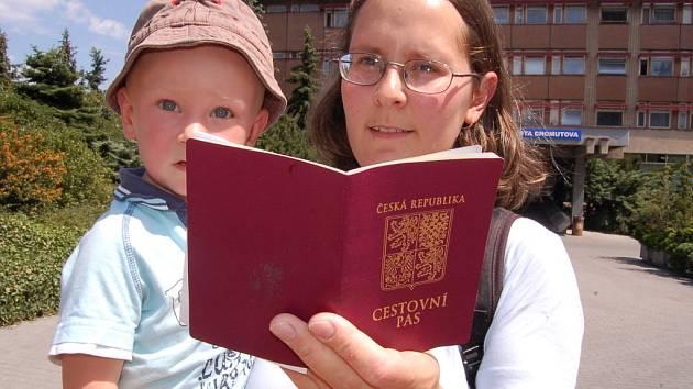 Před budovou chomutovského magistrátu jsme vyfotografovali Tamaru Mišovicovou s novým pasem v ruce.