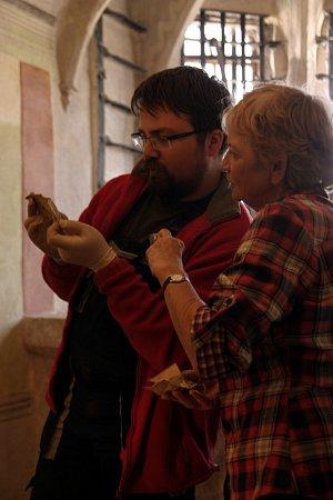 Historik Lukáš Gavenda a archeoložka Eva Černá pozorně zkoumají královský dopis Jiřího zPoděbrad, psaný 7.září roku 1468.