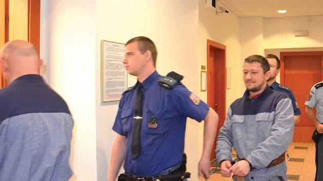 Policejní eskorta (na snímku), přivádí do soudní síně oba obžalované, Pavla Jaroše a Reného Bureše. Třetí obžalovaná Markéta Bartlová je stíhána na svobodě.