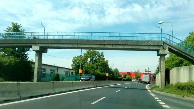 Lávka vedoucí přes silnici u Globusu projde rekonstrukcí.