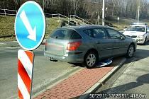 Majitel vozu ho zapomněl v Zahradní ulici zajistit a ten vjel na ostrůvek, kde srazil značení.