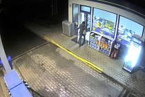 Zloděje zachytily u kadaňské čerpací stanice bezpečnostní kamery