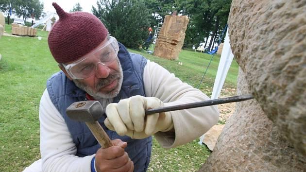 DIVOTVORNÁ ZAHRADA. Prostranství před Galerií H zdobí v těchto dnech deset soch z pískovce. Vytvořili je profesionální sochaři ze Španělska, Izraele, Ukrajiny, Německa, Švýcarska, Holanska, ale také čeští umělci.