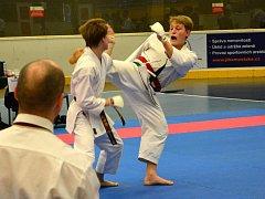 Na snímku je vpravo Daniel Bachorec při kumite v boji o postup do finále v kategorii starších dorostenců.