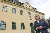 U POŠTY. Starostka Vejprt Jitka Gavdunová před budovou staré pošty. Zvenku už je dům opravený, ale uvnitř ho rekonstrukce teprve čeká.