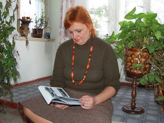 Ivana Konrádová hledá inspiraci v knížkách.