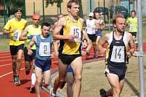 Pole běžců se během Chomutovské hodinovky roztrhá, každý si běží svým tempem.