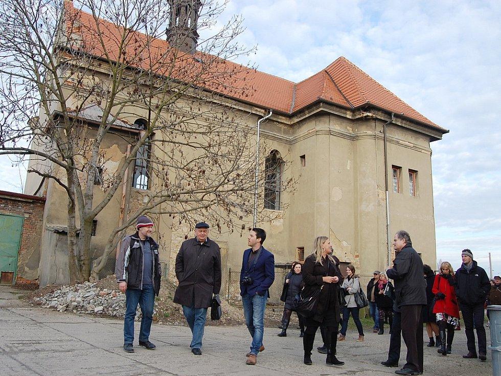 Prostor za pravoslavným kostelem svatého Ducha v Hálkově ulici je zpustlý.