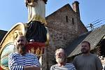 Bissona Praga bude reprezentovat naše hlavní město v Benátkách. Do barokní krásy ji oděli umělci z Chomutovska a okolí. Na snímku vlevo je sochař Jiří Němec, zcela vpravo sochař Milan Bezaniuk z Jirkova.